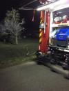 unbeaufsichtigtes Lagerfeuer mit Feuerwehrfahrzeug