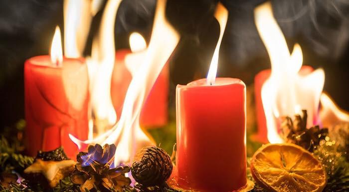 ein in Brand geratener Adventskranz