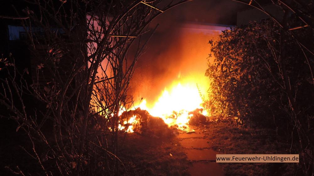 Bild vom Einsatz, drei Mülleimer brennen