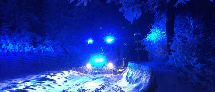 Feuerwehrauto im Schnee mit Blaulicht