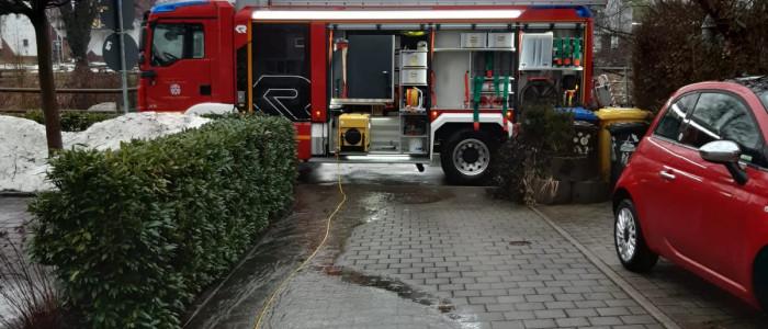 Löschfahrzeug beim Wasserpumpen