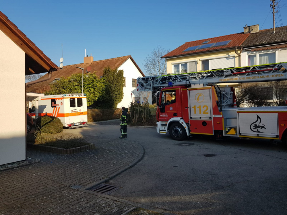 Drehleiter der Feuerwhr mit Rettungswagen