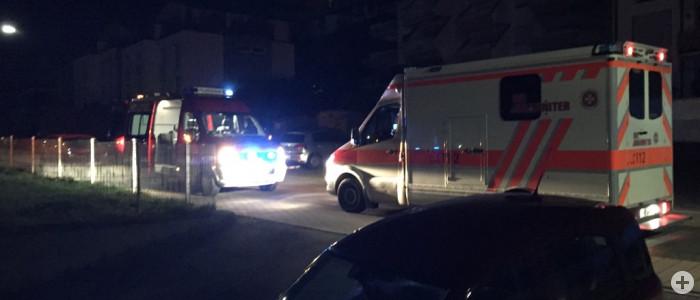Rettungswagen und Einsatzleitfahrzeug bei Nacht