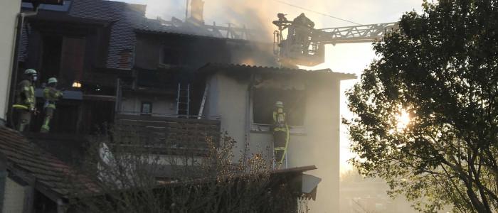 Feuerwehr Drehleiter im Rauch